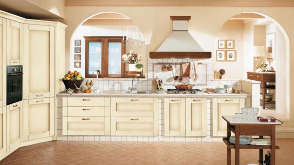 Filigrane Ornamente verzieren die Küchenschränke und die Abzugshaube