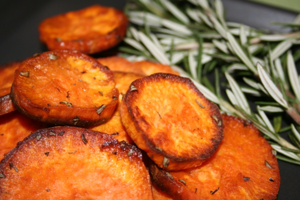 kartoffel pommes fritiert rosmarin