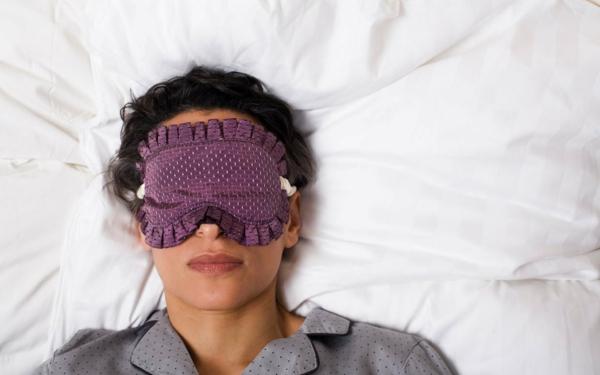 schlaflosigkeit-schlafmaske-schlafstörung-frau