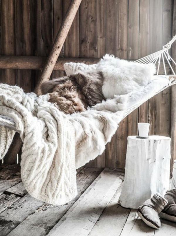 skandinavisch einrichten hängematte strickdecke pelzdecke skandinavische wohnaccessoires