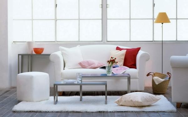 sofa weiß dekokissen weißer wohnzimmerteppich hocker