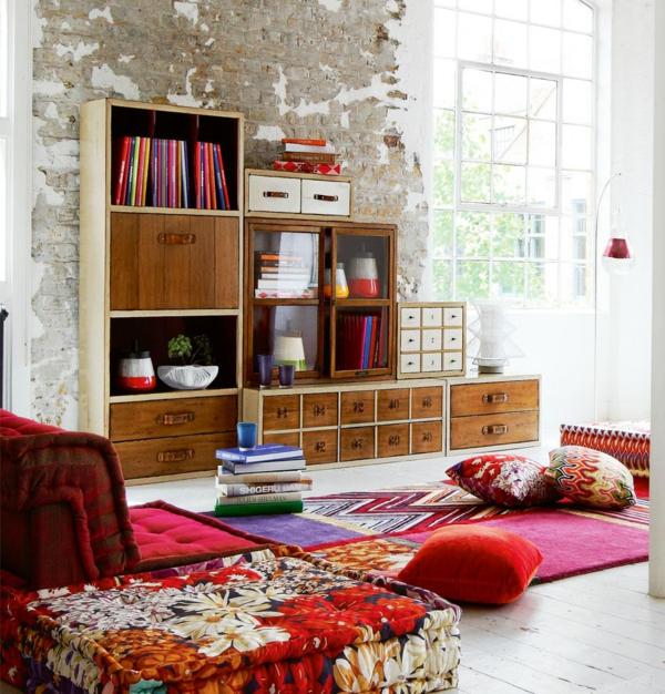 sofakissen regalsystem wohnzimmer bunter teppich