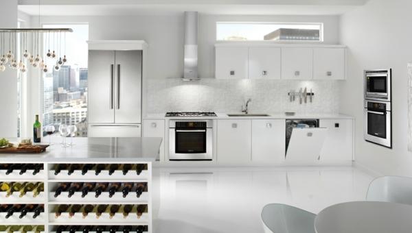 spülmaschinen kücheninterieur weiß metall weinregale