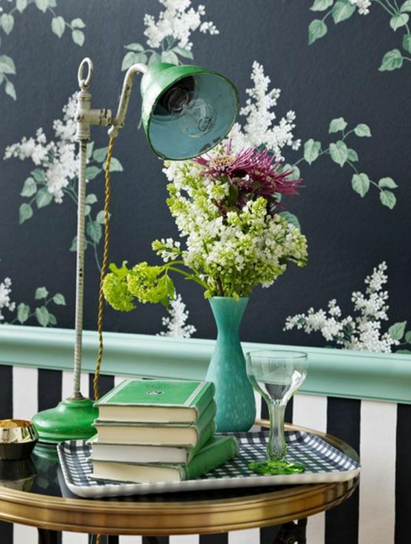 tapete florale motive runder tisch tischlampe