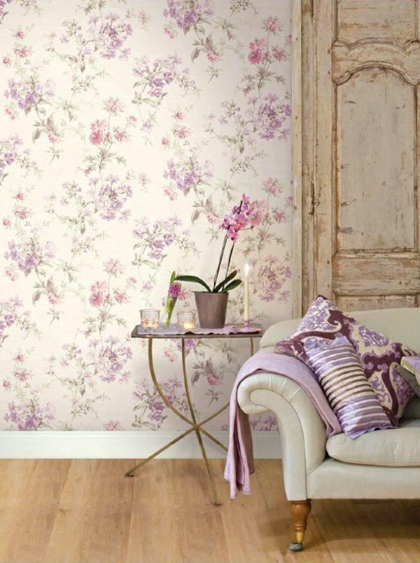 tapete florale motive wohnzimmer wandgestaltung weißes sofa