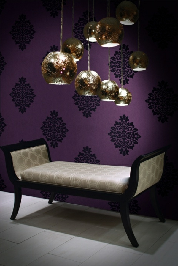 tapete lila design schwarze ornamente pendelleuchten