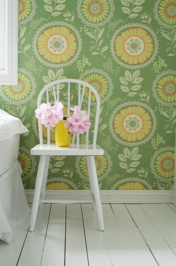 tapete muster grün blumenmotive weißer stuhl