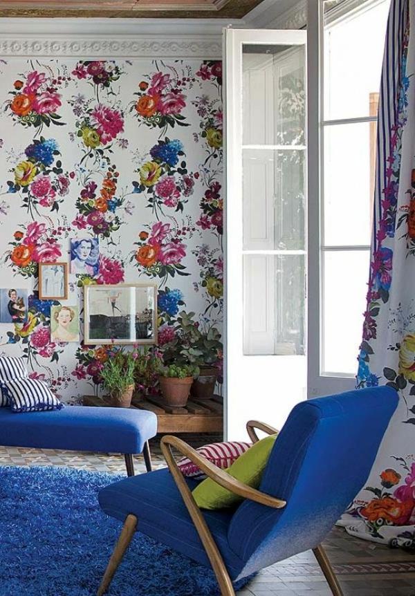 tapete wohnzimmer bunt frisch blumenmotive blauer teppich