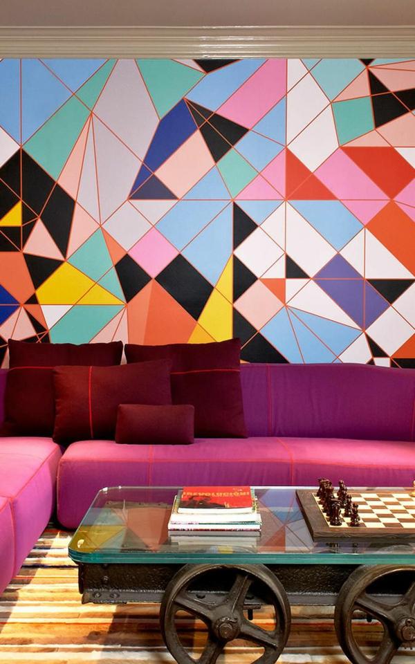 tapete wohnzimmer lila sofa dunkelrote dekokissen