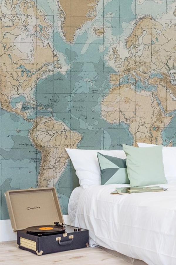 tapeten originelle ideen für die wandgestaltung im schlafzimmer mit tapete mit der weltkarte