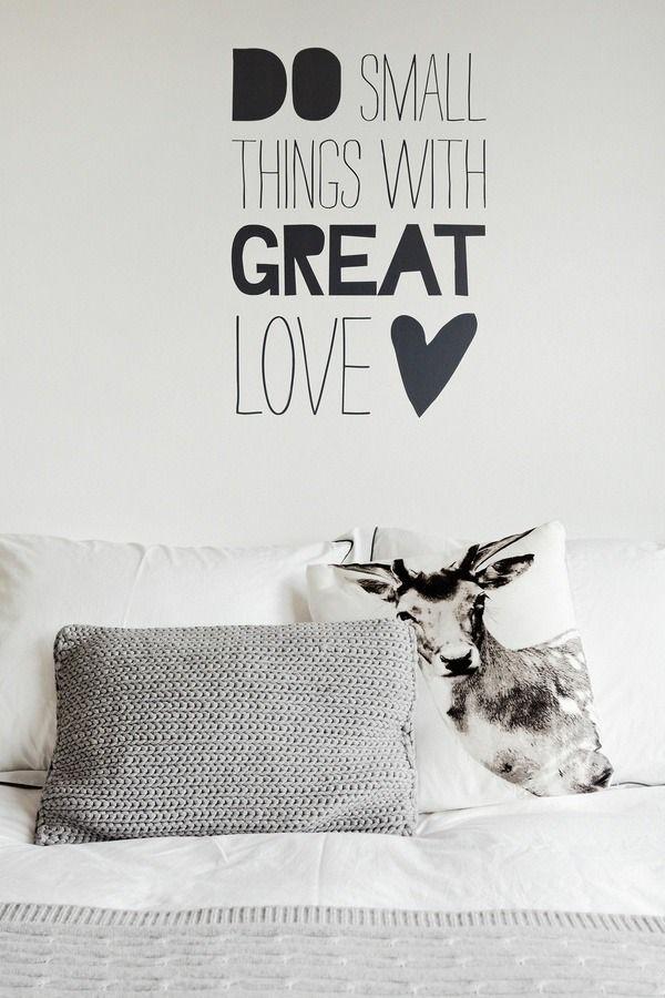 wandsprüche schlafzimmer wandgestaltung dekokissen