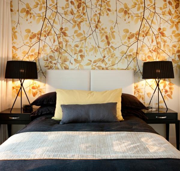 wandtapete schlafzimmer florale elemente tischlampen