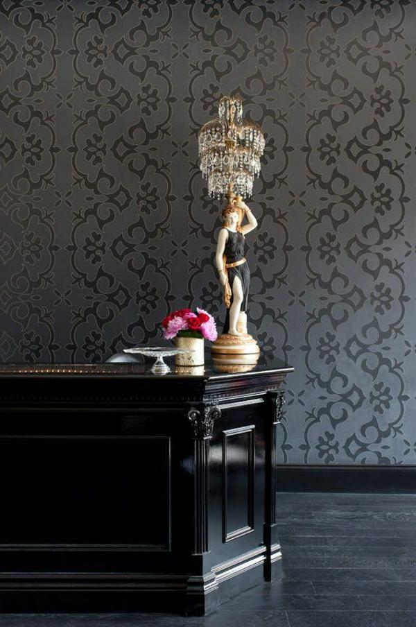 wandtapeten barock muster wunderschöne tischlampe