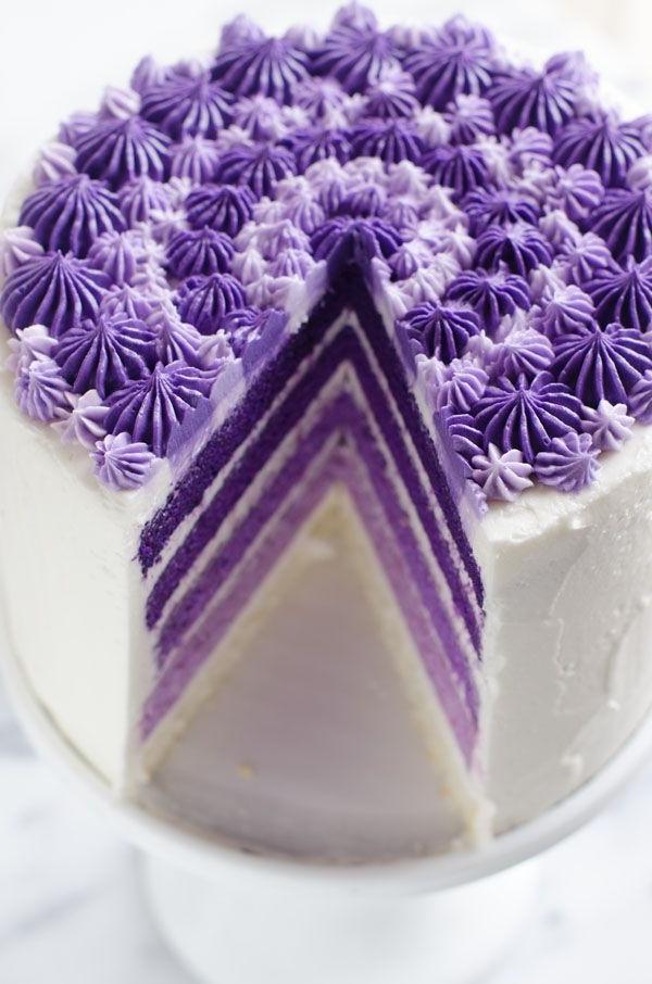 ausgefallene torten lila weiß design