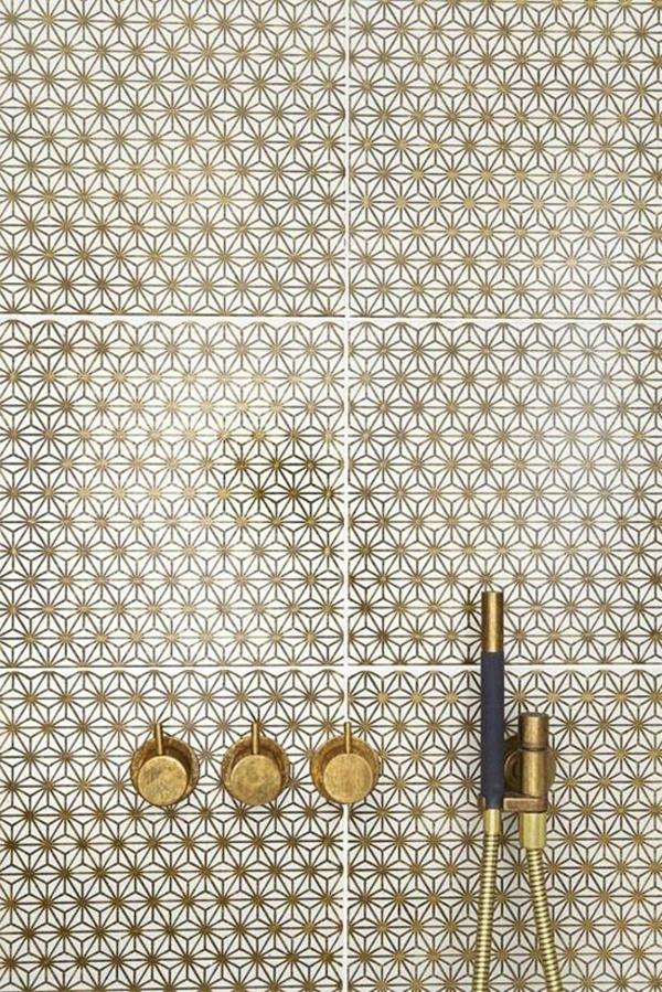 badezimmergestaltung ideen badfliesen warme farben badezimmerarmatur goldfarben