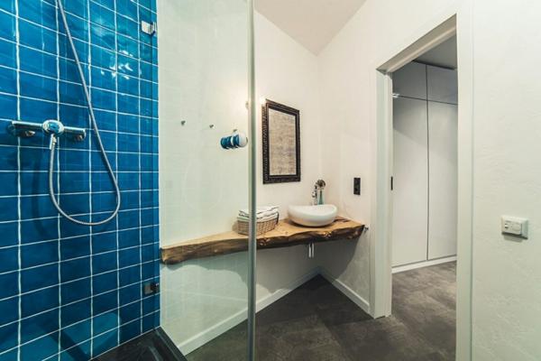 badezimmergestaltung ideen modern holz elemente badfliesen blau