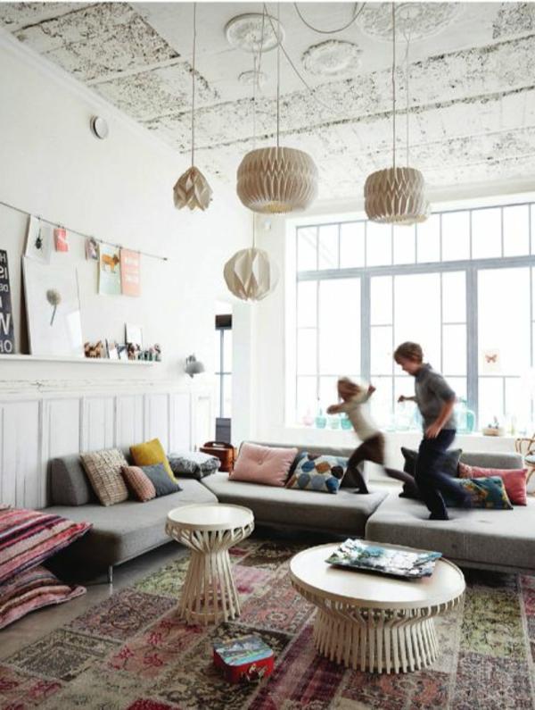 couchtisch vintage stil farbiger teppich pendelleuchten