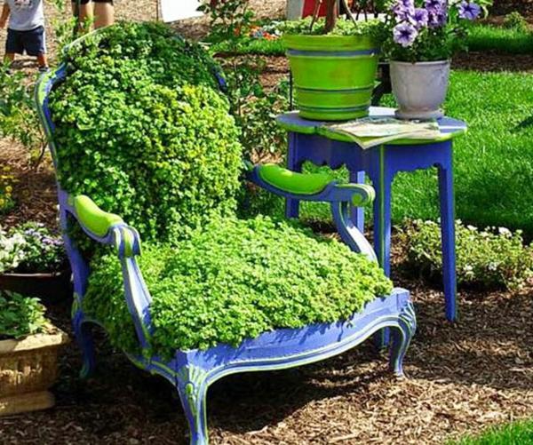 dekoideen garten grüner stuhl blaues design