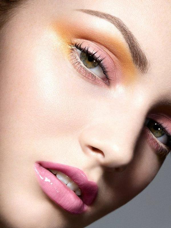 Augen Make up mit blaugrünem Lidschatten und Strasssteinen