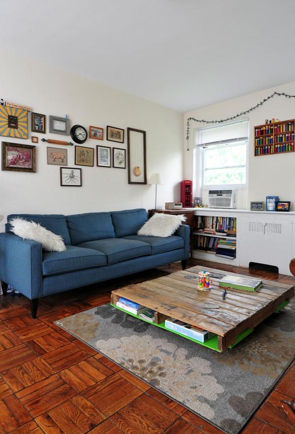 holzpalette quadratischer couchtisch blaue couch
