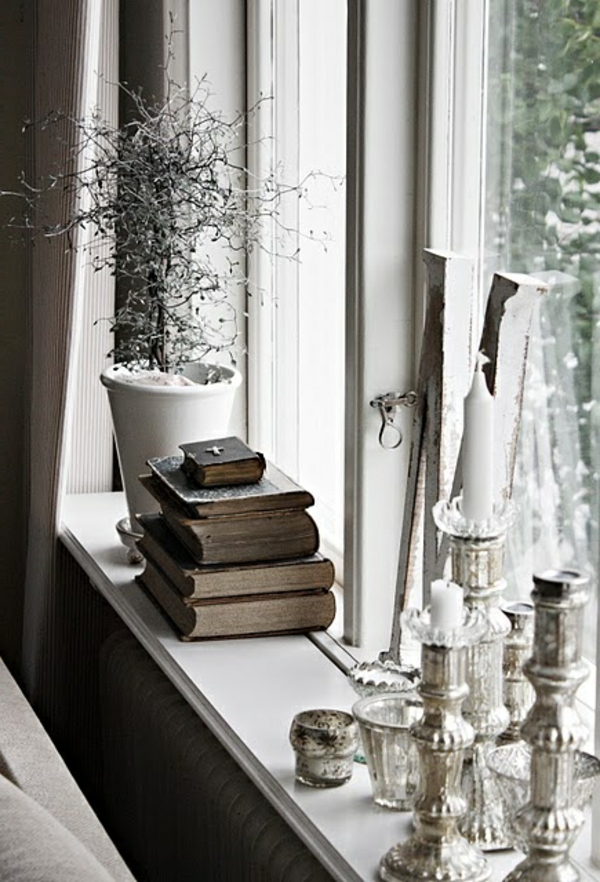 fensterbank deko stilvoll kerzen bücher pflanze