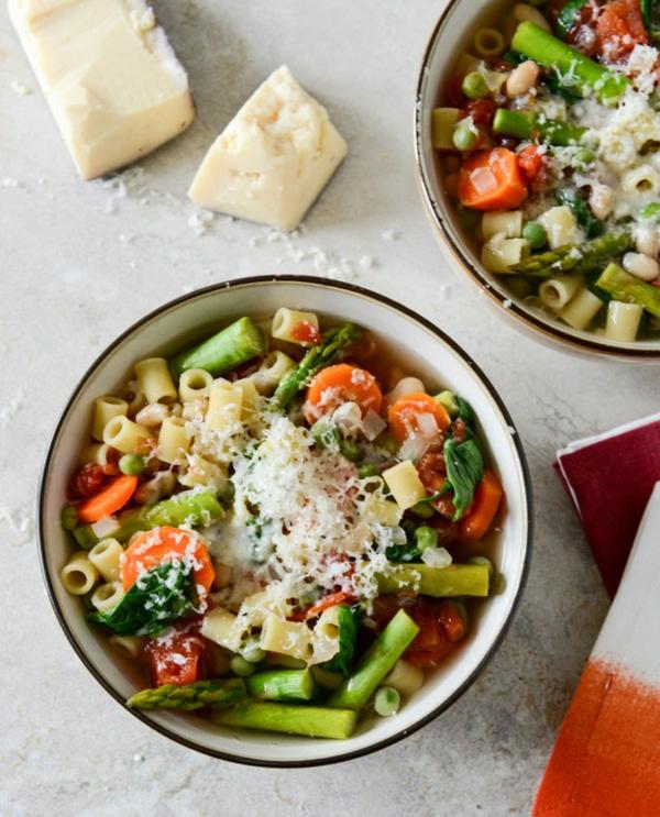 frühlingsrezepte frühlingssalat mit nudeln und gemüse