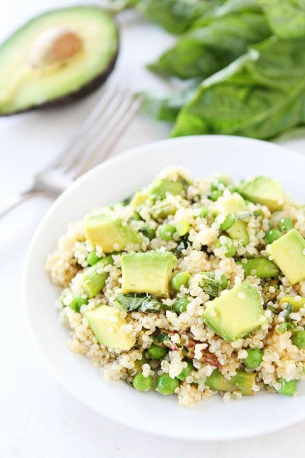 frühlingsrezepte vegetarische gerichte gemüsesalat mit reismelde und avocado resized
