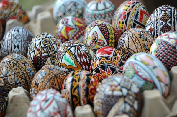 frohe ostern europäische traditionen bunte eier aus romänien