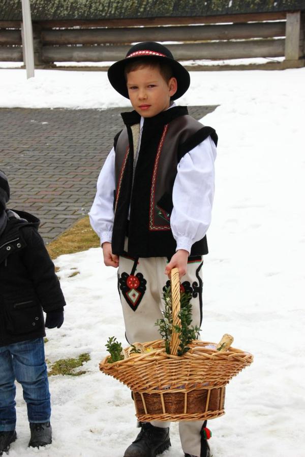 frohe ostern europäische traditionen polen junge mit osterkorb