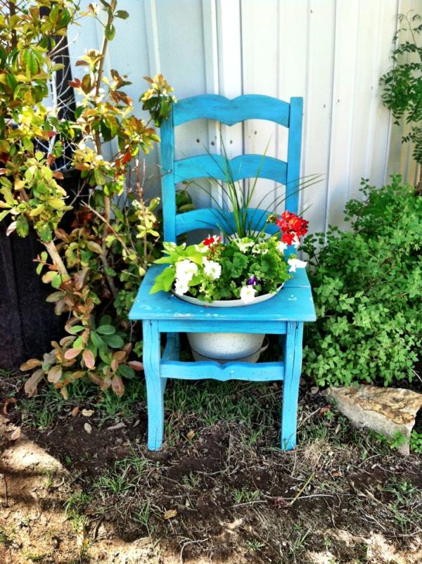 garten dekorieren blauer stuhl pflanzen