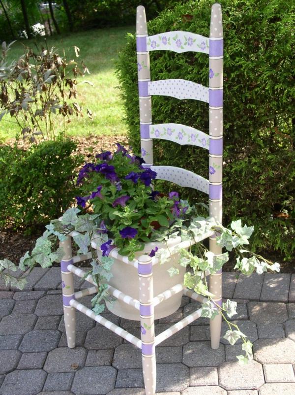 garten dekorieren weißer stuhl lila blüten