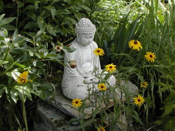 garten gestalten budda statue blumen pflanzen