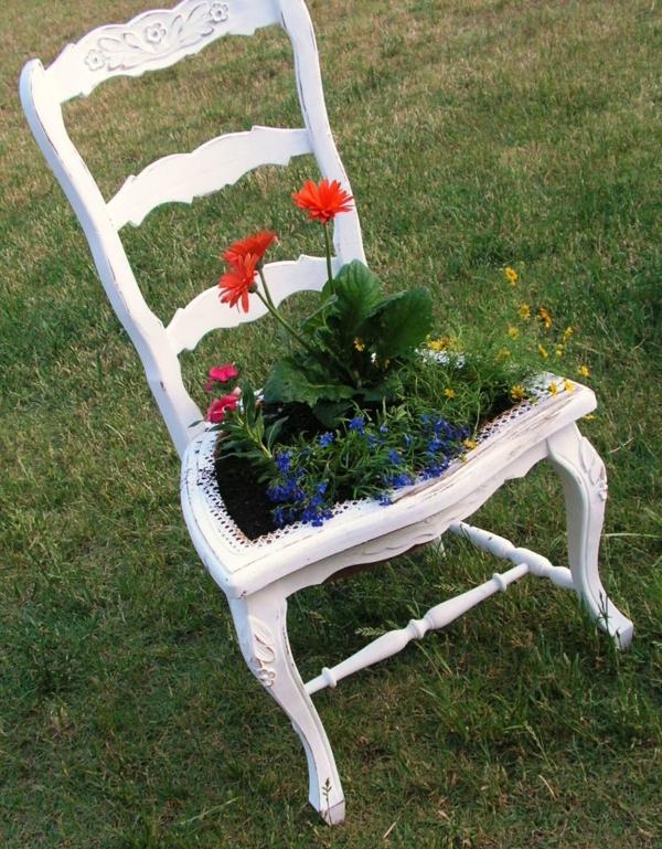 garten gestalten dekoideen weißer alter stuhl pflanzen