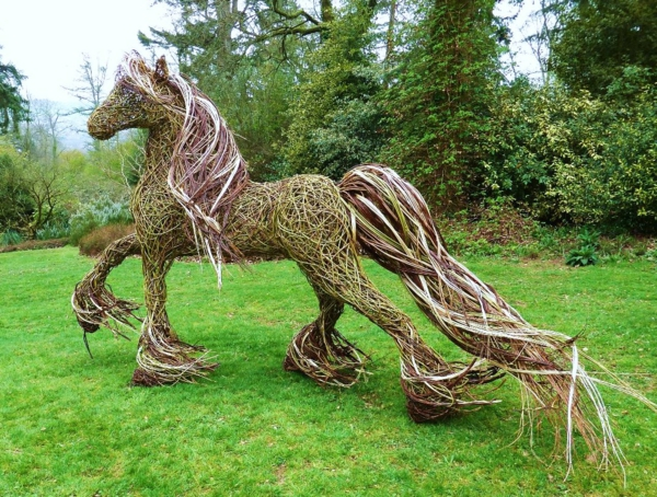 garten gestalten gartendeko pferd skulptur