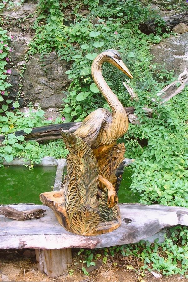 garten gestalten skulptur vogel holz