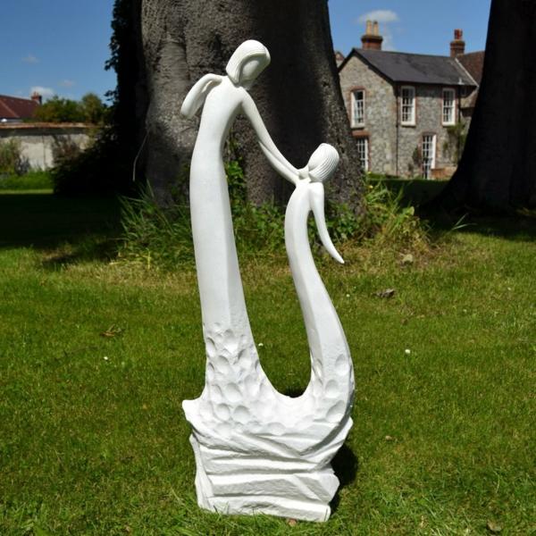 gartenfiguren weiße skulptur garten gestaltungsideen