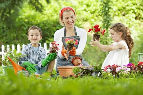 gartenpflege familie blumen anpflanzen