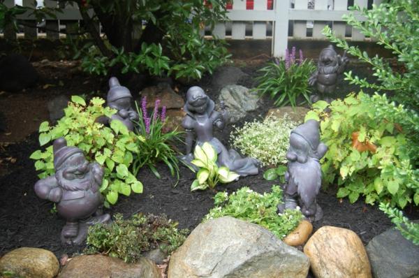 gartenskulpturen die sieben zwerge steine garten gestalten