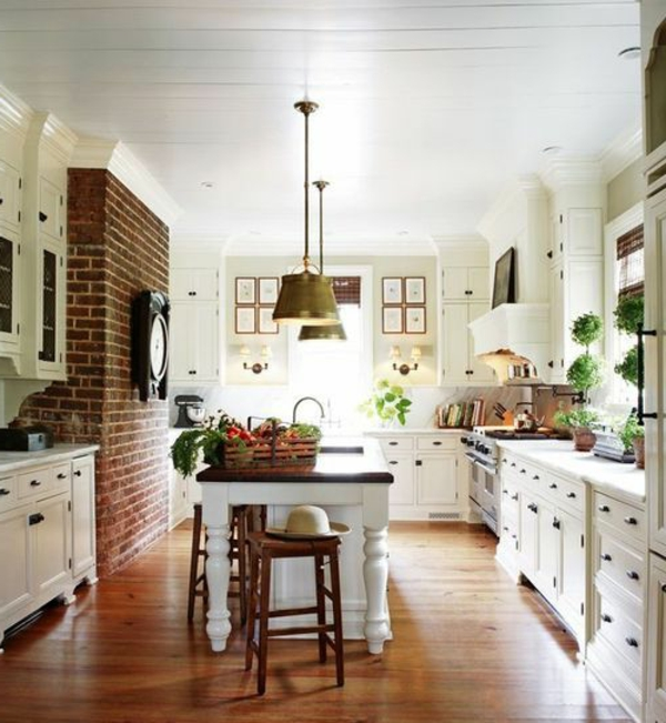 küche einrichten holzboden ziegelwand kücheninsel