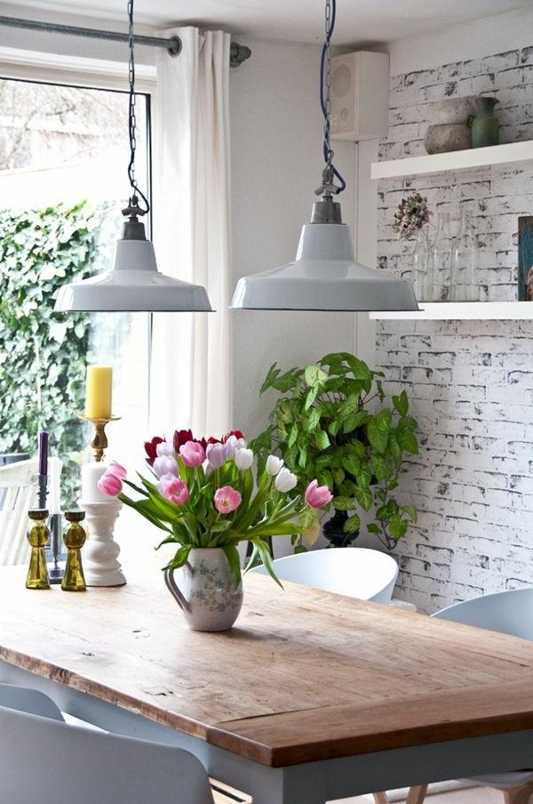 küche einrichten ziegelwand tulpen tischdeko