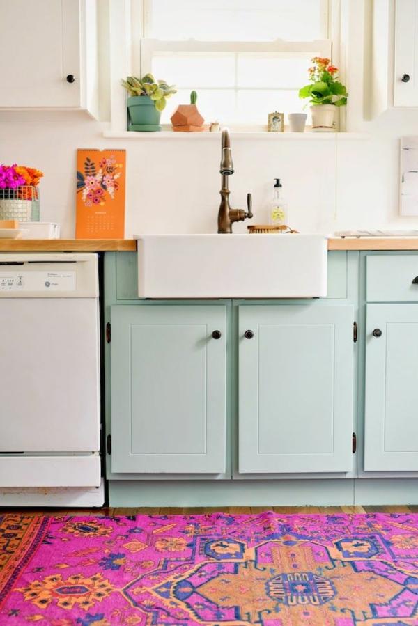 küche gestalten farbiger teppich hellgrüne küchenschränke