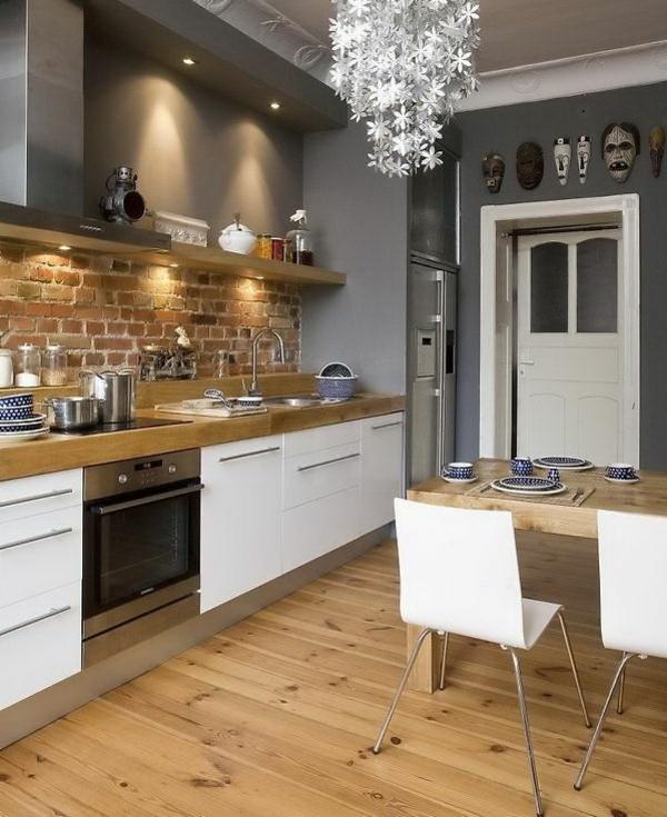 küche gestalten holzboden ziegelwand weiße küchenschränke