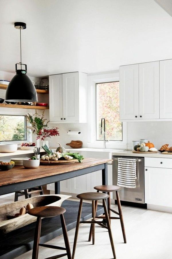 küche weiße küchenschränke barhocker rustikaler tisch