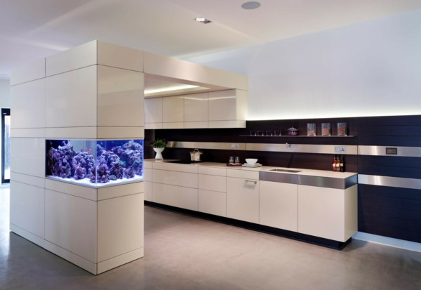 wundervolles k chendesign mit aquarium das den ozean mit sich bringt. Black Bedroom Furniture Sets. Home Design Ideas