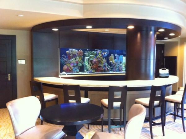 Wundervolles Küchendesign mit Aquarium, das den Ozean mit sich bringt