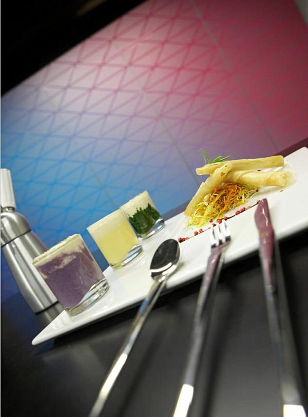 küchendesign schöne wandgestaltung lila blau