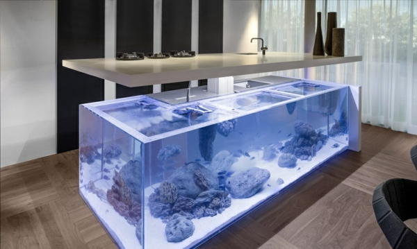 Wundervolles Küchendesign mit Aquarium, das den Ozean mit ...