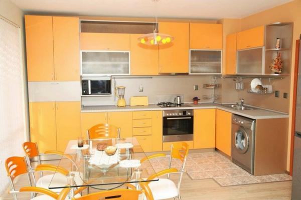 küchenplanung orange küchenschränke metallic gläserner esstisch