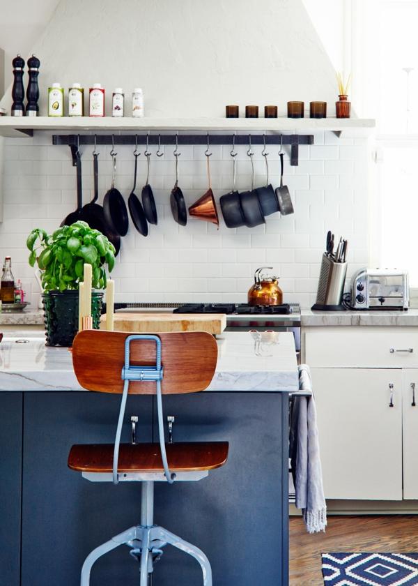 küchenplanung kleine küche gestalten weiße fliesen kücheninsel