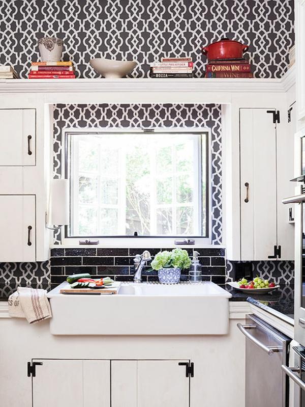 kleine küche einrichten einrichtungstipps schwarz weiß tapettenmuster